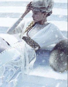 Пуховая шаль с замословатым рисунком как на снежинке . Может послужить вам фатой в холодное время года.